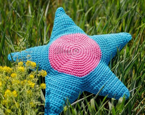 Knitted star pillow